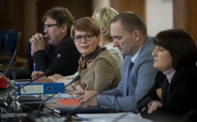 Ministrica za kmetijstvo Aleksandra Pivec pravi, da se s preštevanjem delegatov pred kongresom ne ukvarja. »Kandidaturo sem ponudila po demokratični poti. Delegate želim prepričati s svojim programom in svojimi pogledi na prihodnje vodenje stranke,« je dejala. FOTO: Voranc Vogel/Delo