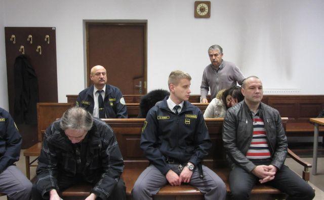 V prvi vrsti sta Jože Cank (levo) in Robert Mramor, oba obtožena tako trgovine z ljudmi kot tudi zlorabe prostitucije. Oba sta v priporu. FOTO: Špela Kuralt/Delo