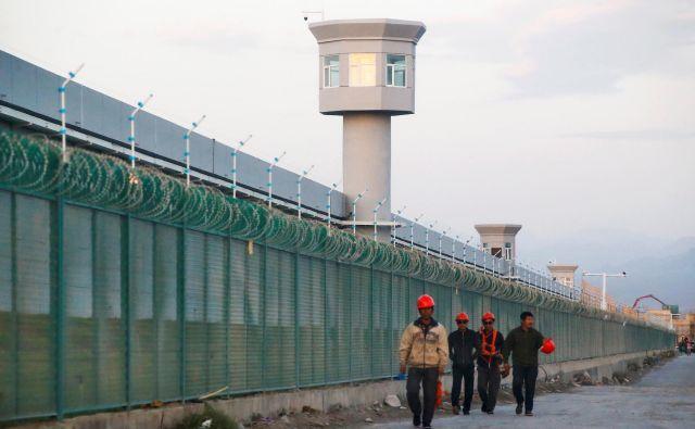 Eno največjih prevzgojnih taborišč v pokrajini Xinjiang je to v Dabanchengu. FOTO: Thomas Peter/ Reuters