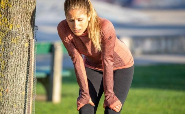 Vztrajnostni vadbi je treba dodati vaje za moč goleničnih mišic, iztegovalk in stabilizatorjev gležnja, raztezne vaje za troglavo mišico in sprednjo golenično mišico, masažo mišic z žogico. Foto: Shutterstock