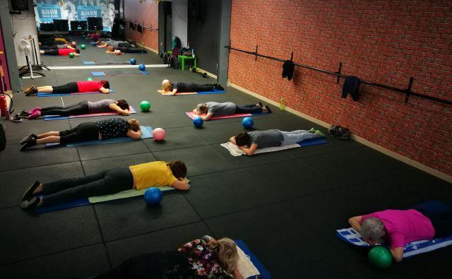 Upokojenke iz Ljubljane se zberejo petkrat na teden pri skupinski vadbi v telovadnici Alfa Gym. Najstarejša je stara 85 let, najmlajša 62. FOTO: Mojca Dečko