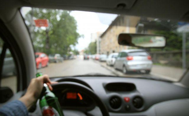 Vožnja pod vplivom alkohola je pretežno moška navada. FOTO: Blaž Samec/Delo