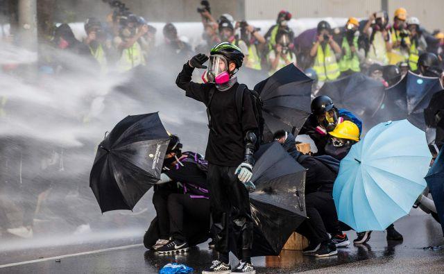»Če ne bi bilo mene, bi bil Hongkong uničen v 14 minutah,« je prepričan ameriški predsednik Trump. FOTO: AFP