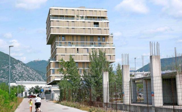 V soseski Majske poljane bo v prihodnjih treh letih zgrajenih 142 stanovanj. Družbi Primorje je uspelo zgraditi le enega od načrtovanih stolpičev. FOTO: Stoja Trade