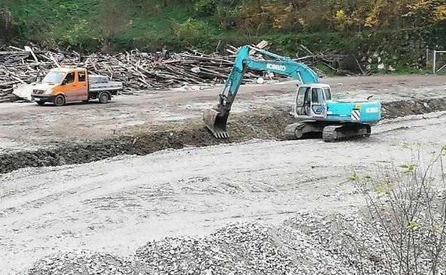 Občani so samo danes opazili dva tovornjaka, ki sta jarek (na sliki) zasipavala z materialom neznanega izvora. Foto Arhiv Ci