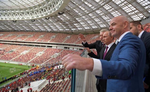 Vladimir Putin v družbi moskovskega župana Sergeja Sobjanina ni skrival ponosa med lanskim SP v nogometu. Zdaj si želi, da Rusiji ne bi odvzeli štirih tekem naslednjega eura. FOTO: Reuters