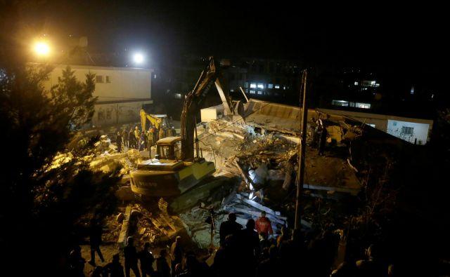 Iskanje preživelih je nadvse oteženo. FOTO: Florion Goga/Reuters