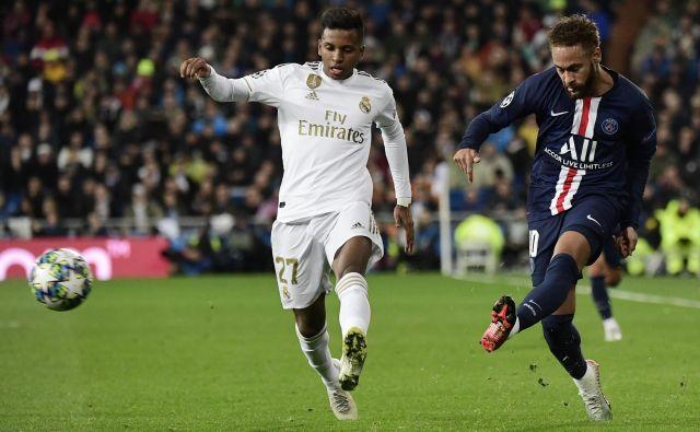 Brazilski zvezdnik Neymar (desno) je po skoraj dveh mesecih spet zaigral za Paris Saint-Germain. FOTO: AFP