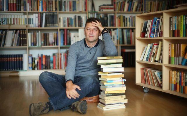 V njegovi veliki knjižnici ga je fotografiral Jure Eržen.