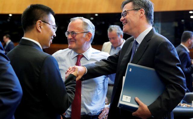 Odnosi med ZDA in Kitajsko bodo odločilni tudi za prihodnost WTO. Na fotografiji: ameriški ambasodor v organizaciji Dennis Shea (desno) in njegov kitajski kolega Xiangchen Zhang. FOTO: Reuters<br />