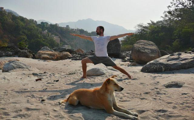 »Dobil sem navdih, da svojega življenja ne namenim nabiranju materialnega bogastva, ampak da pomagam ljudem izkusiti, kar sem jaz izkusil tam – notranji mir in veselje do življenja,« pravi Matic Štorman, ki se je o jogi največ naučil v ašramu v Indiji. FOTO: Anja Knez