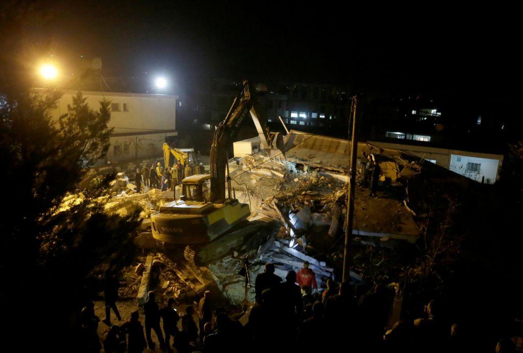 FOTO:Najmanj 21 mrtvih, ljudje izpod ruševin kličejo na pomoč