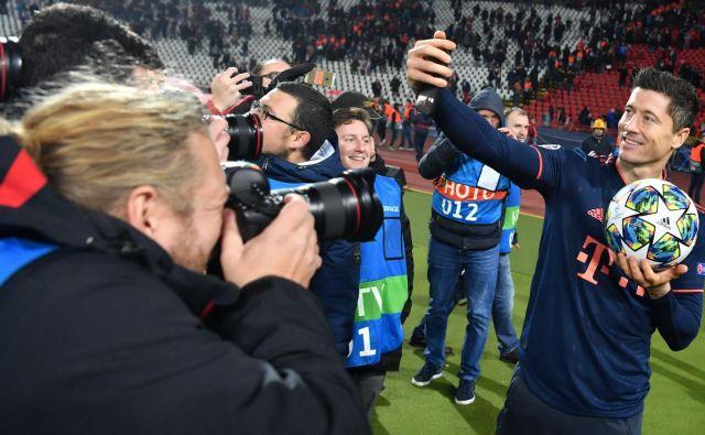 Nasmejan in tudi po 90 minutah tekme z urejeno pričesko je Robert Lewandowski poziral fotografom in sebi. FOTO: AFP