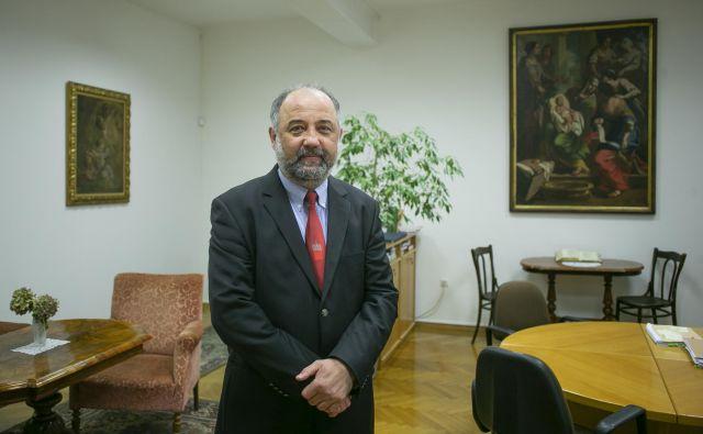 Dr. Robert Petkovšek, dekan teološke fakultete, napoveduje študijski odziv na tehnološke izzive. FOTO: Jože Suhadolnik/Delo
