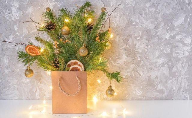 """Preprost, a nadvse lep in naraven okras lahko naredite, tako da veje prave smreke postavite v vazo ali steklen lonec, ki ga """"skrijete"""" v papirnato darilno vrečko. Foto Shutterstock"""