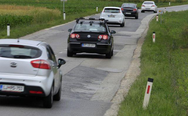 Zaradi neustreznih in poškodovanih cest se lahko hitro zgodi, da se konfliktne situacije neprimerno rešujejo, kar lahko privede do prometnih nesreč, prav tako se zmanjša možnost za preprečevanje najhujših poškodb udeležencev v prometu, pravi Jure Kostanjšek, generalni sekretar Avto-moto zveze Slovenije (AMZS). FOTO: Leon Vidic/Delo