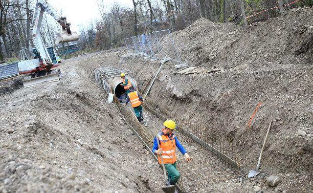 Izkop kanalizacije za odvajanje odpadne vode v Črnučah se te dni nemoteno nadaljuje. FOTO: Tomi Lombar/Delo