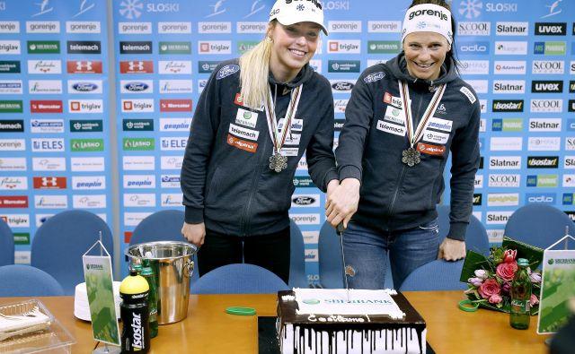 Tako sta se Anamarija Lampič in Katja Višnar veselili ob torti za srebrno kolajno na SP, zdaj pa so pred njima izzivi nove sezone. FOTO: Blaž� Samec/Delo