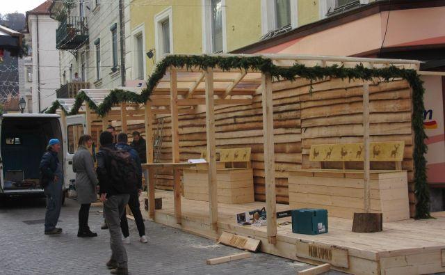 Sredi mesta raste odprta smučarska koča. FOTO: Špela Kuralt/Delo