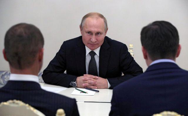 Prednik Rusije Vladimir Putin je v svoji rezidenci v St. Peterburgu sprejel predsednika Uefa Aleksandra Čeferina. FOTO: Reuters