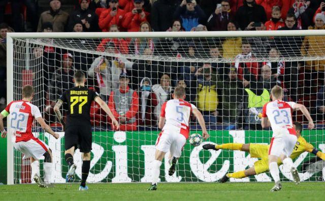 Milanski Inter s Samirjem Handanovićem v kapetanski vlogi je v Pragi rešil evropsko sezono in bo najmanj nadaljeval v evropski ligi. FOTO: Reuters