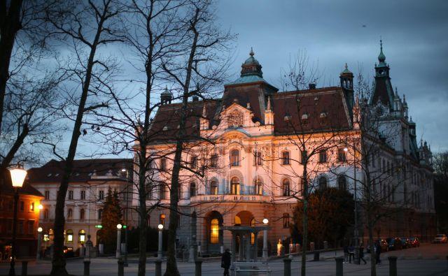 V nekdanjem deželnem dvorcu na Kongresnem trgu, kot se ta trg sredi prestolnice od leta 1991 ponovno imenuje, danes še zmeraj domuje ljubljanska univerza. Foto Jure Eržen