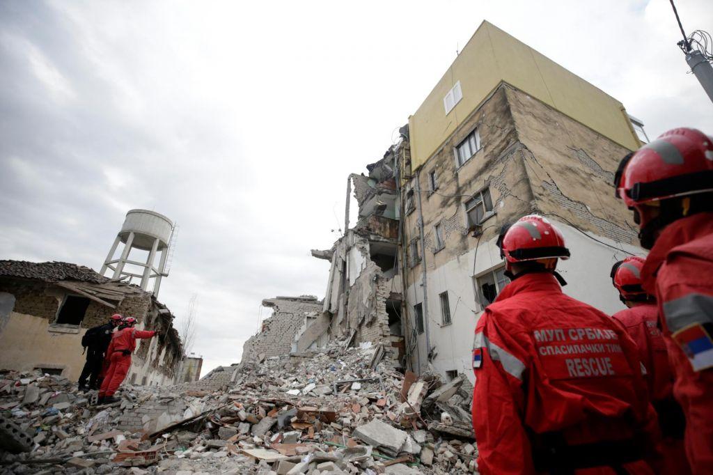 FOTO:Število žrtev potresa še narašča, umrla tudi zaročenka sina premiera Edija Rame