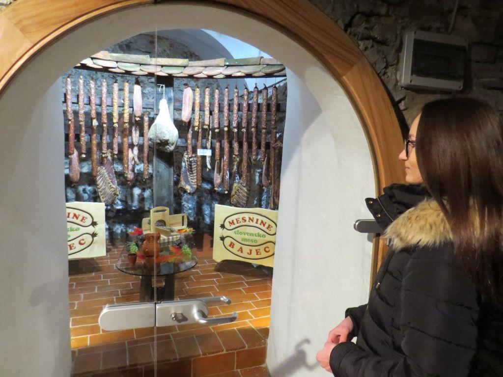 FOTO:Kmalu vina in suho meso z gradu Bogenšperk
