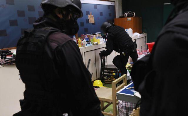 Policijske enote iščejo protestnike na hongkonški univerzi. FOTO: Leah Millis/Reuters