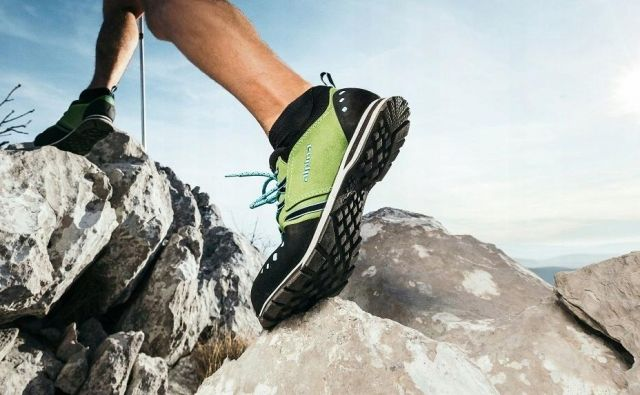 Ko si nadenemo tekaške ali pohodne nogavice in obujemo čevlje, občutimo udobje in dober oprijem stopala s čevljem. Foto: Arhiv proizvajalca