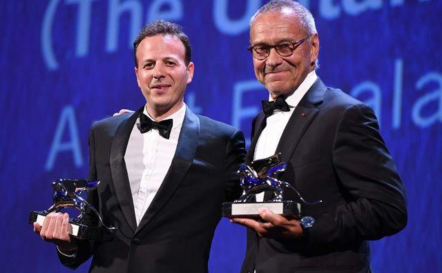 Andrej Mihalkov-Končalovski (na desni strani fotografije) med podelitvijo nagrad na filmskem festivalu v Benetkah. FOTO: Wikipedija
