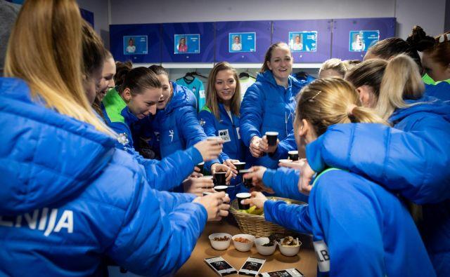 Slovenke so se od zadnjega tekmovanja, lanskega evropskega prvenstva, poslovile z zmago proti Rusiji. Bodo takole v slačilnici nazdravile tudi na Japonskem? FOTO: Jure Eržen
