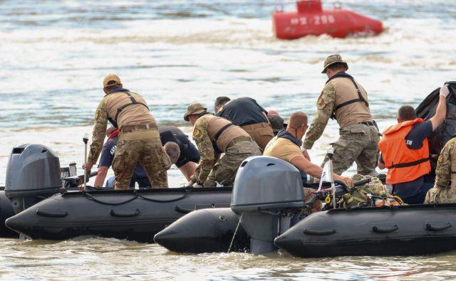 Madžarski in korejski reševalci po nesreči križarke na Donavi. FOTO: Ferenc Isza/AFP