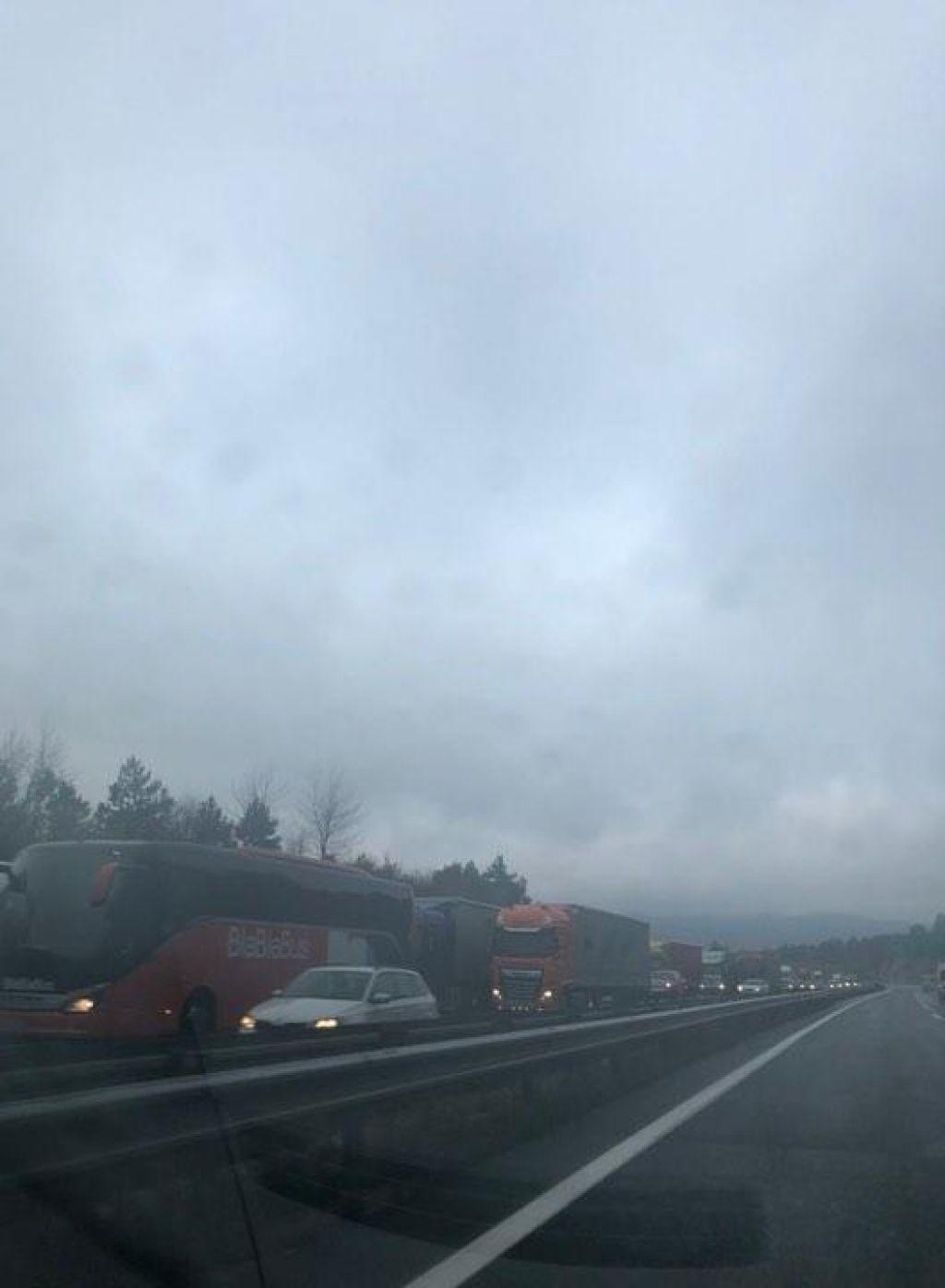 Po nesreči z gorečim tovornjakom še vedno oviran promet