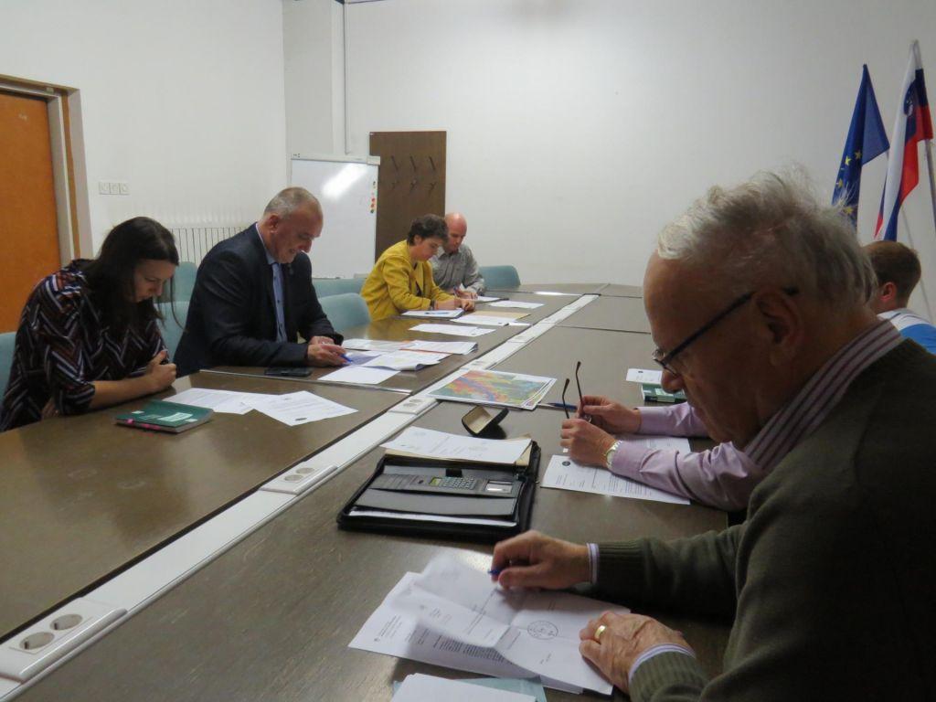 FOTO:Usode policista litijska volilna komisija ni zapečatila