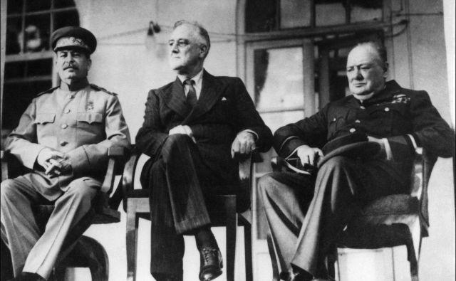Sovjetski voditelj Josip Stalin, ameriški predsednik Franklin Roosevelt in britanski premier Winston Churchill leta 1943 med konferenco v Teheranu, kjer jih je hotel Hitler ubiti, a sta mu Goar in Gevork Vartanjan prekrižala načrte. Foto: AFP