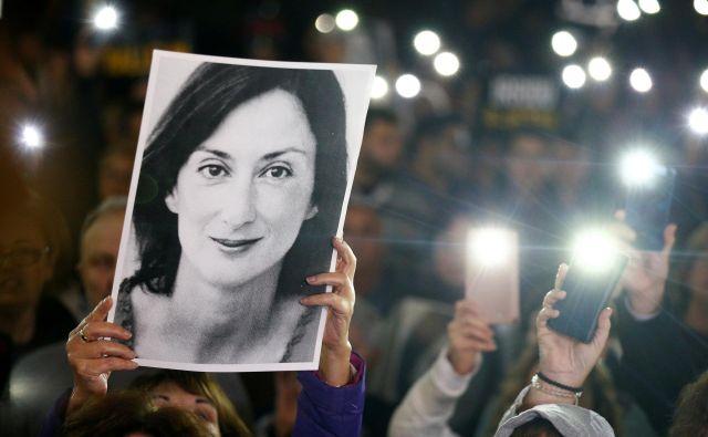 Po aretaciji Yorgena Fenecha so ljudje na protestih zahtevali odstop predsednika vlade Muscata, ki pa hoče ostati do konca preiskave umora novinarke. FOTO: Guglielmo Mangiapane/ Reuters