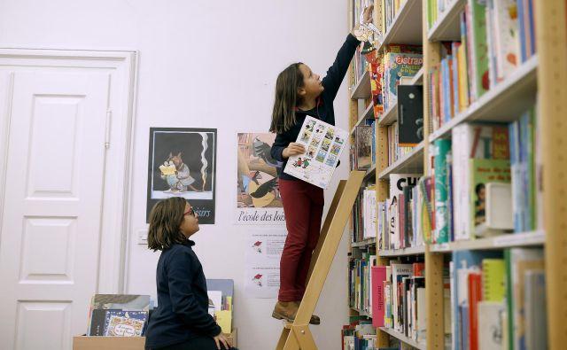 V otroškem kotičku se police šibijo od slikanic in, kot je bilo razvidno v času našega obiska, mladi bralci so v mediateki zelo domači. Foto Blaž Samec