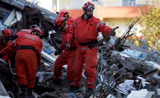 V državi se začenja ocenjevanje škode po rušilnem potresu. FOTO: Florion Goga/Reuters