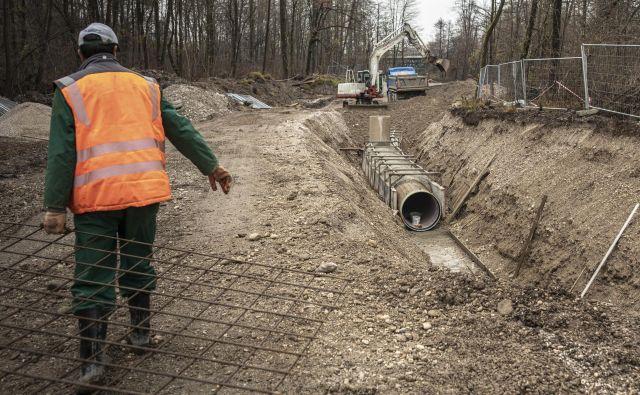 Gradnja kanalizacijskega kanala C0 na trasi ob Savi sproža vse več ugibanj. FOTO: Voranc Vogel/Delo