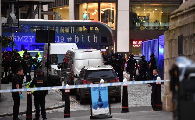 Londonska policija današnji dogodek na Londonskem mostu obravnava kot terorističnega. FOTO: Ben Stansall/AFP