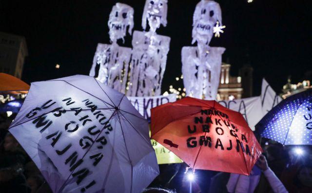 Protest mladih za podnebne pravičnost proti potrošništvu in črnemu petku med slavnostnim prižiganjem novoletnih lučk v Ljubljani. FOTO: Uroš Hočevar/Delo