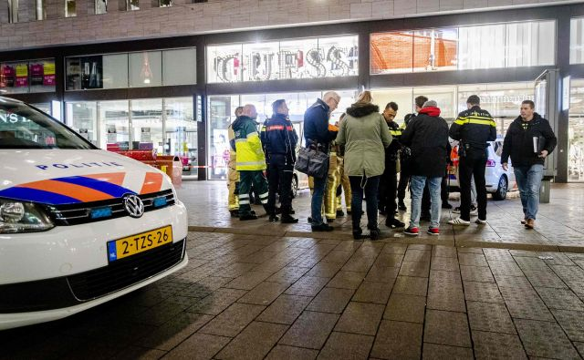 Napad z nožem se je zgodaj popoldne zgodil v Londonu, zvečer pa še v Haagu. FOTO: Sem Van Der Wal/AFP