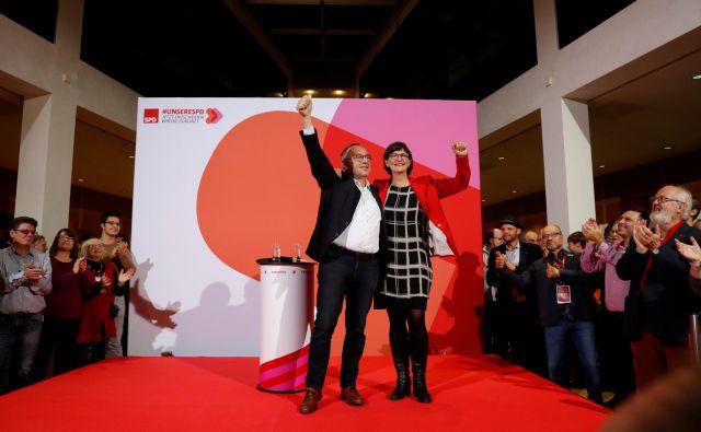 Novo dvoglavo vodstvo na čelu stranke SPD, Saskio Esken in Norberta Walter-Borjansa, čaka zahtevna naloga preporoda stranke. Foto: Reuters