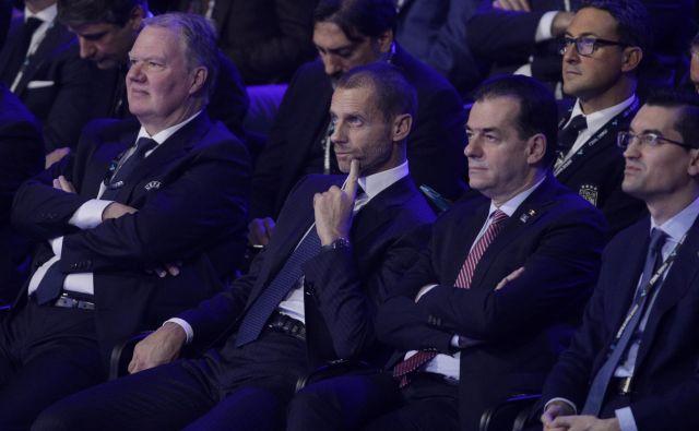 Aleksander Čeferin si je ogledal žreb eura 2020 v družbi prvega podpredsednika UEFA Karla-Erika Nilssona (na njegov desni) in romunskega premiera Ludovica Orbana (na njegovi levi). FOTO: Reuters
