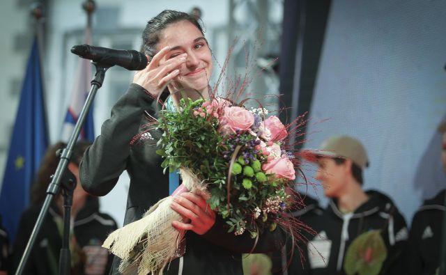 Mio Krampl so premagale solze sreče ob naslovu svetovne podprvakinje v težavnosti avgusta, danes pa je v Toulousu, kjer si je priborila vozovnico za OI, sočustvovala z Lučko Rakovec, ki je ostala brez nastopa v Tokiu 2020. FOTO: Jože Suhadolnik/Delo