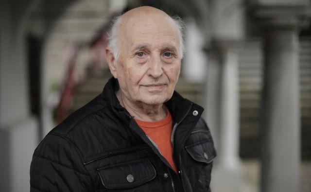 Vlado Čermak še vedno rad prebira tujo strokovno literaturo in jo prevaja za nov trenerski rod.<br /> Foto Uroš Hočevar