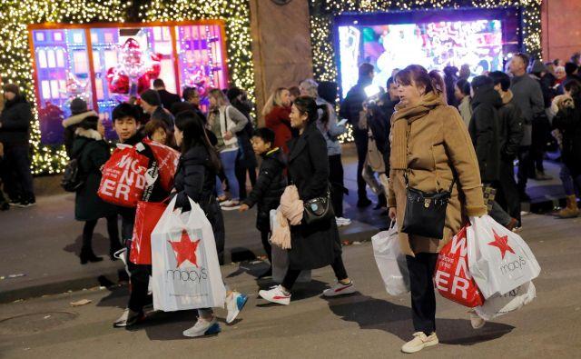 Množice, ki se ob črnem petku zgrinjajo v fizične trgovine, so vse manjše. FOTO: Andrew Kelly/Reuters