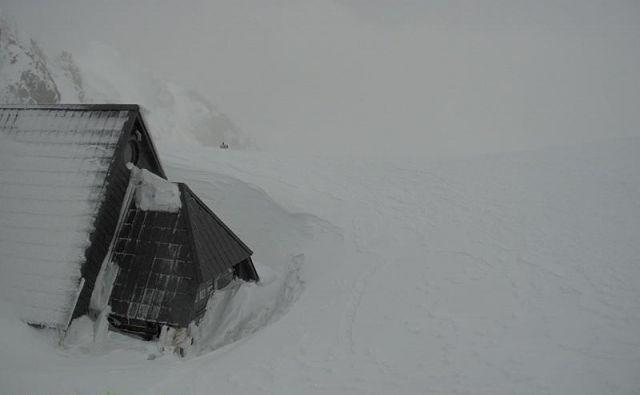 Na Kredarici je že debela snežna odeja. FOTO: Arso