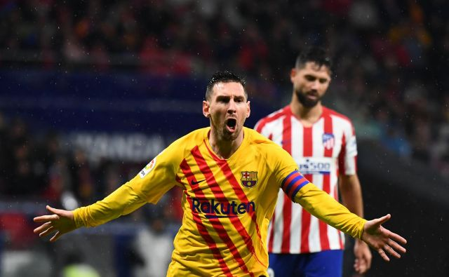 Lionel Messi je takole proslavil edini gol na tekmi v Madridu, ki je prinesel tri točke Barceloni.FOTO: AFP